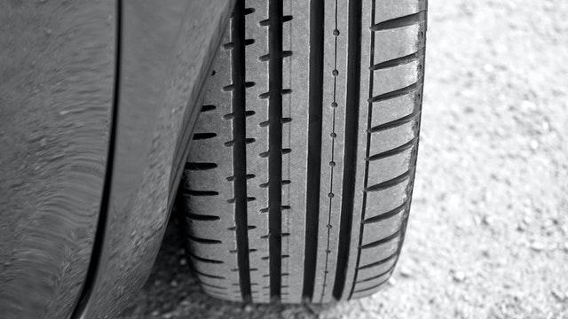 La mancha plana y el peligro que supone para su vehículo tras un tiempo fuera de la carretera